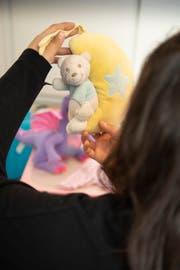Einige Babysachen ihrer Tochter hat Nina bis heute aufgehoben. (Bild: Ralph Ribi)