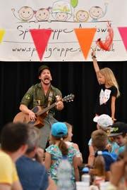 Marius Tschirky trat am Jubiläumsfest der Spielgruppe Amriswil zwar ohne seine Jagdkapelle auf, doch der Begeisterung und Freude der Kinder und ihrer Eltern tat dies keinen Abbruch. (Bild: Manuel Nagel)