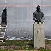 Steht schon seit Monaten auf ziemlich verlorenem Posten: das Denkmal zu Ehren des Malers Melchior Paul von Deschwanden. (Bild: Corinne Glanzmann (Stans, 19. Juni 2018))
