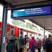 Ein Zug der Zentralbahn in Stans, kurz vor der Weiterfahrt nach Dallenwil, Wolfenschiessen und Engelberg. (Bild: Corinne Glanzmann, Stans, 6. Dezember 2016)
