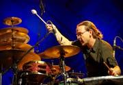 Rässeli, Gongs und Beckentürme: Der Schlagzeuger Lucas Niggli ist ungewöhnlich anzuhören und auch anzuschauen. (Bild: PD/Francesca Pfeffer)