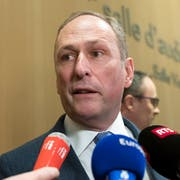 Der Anwalt der UBS, Markus Diethelm, an einer Pressekonferenz. (Bild: EPA/IAN LANGSDON)