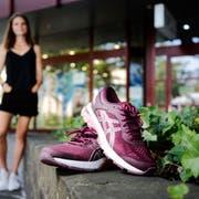 Ein Paar von vielen: Insgesamt 13 Laufschuhe stehen im Schrank von Vanessa Varisco. (Bild: Stefan Kaiser, Zug, 22. Juli 2019)