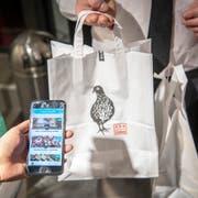 Die App «Too Good To Go» ermöglicht es Konsumenten, Lebensmittel von Geschäften und Restaurants abzuholen, die sonst in der Tonne landen würden. (Bild: Urs Bucher)
