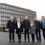 Der Krienser Stadtrat mit Franco Faé (CVP), Cyrill Wiget (Grüne), Lothar Sidler (CVP), Judith Luthiger (SP), Matthias Senn (FDP) und Stadtschreiber Guido Solari (von links) vor dem Stadthaus. (Bild: Philipp Schmidli, 21. Dezember 2018).