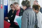 Im öffentlichen Verkehr sind in der Schweiz verschiedene Typen von Ticketautomaten im Einsatz. Da ist es manchmal für ungeübte Reisende nicht einfach, genau das Billett zu erhalten, dass sie oder er braucht. Ein Gratiskurs von VCS und Pro Senectute will Ältere auch dabei unterstützen. (Bild: Urs Jaudas - 14. Mai 2013)