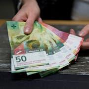 Symbolbild: Geld, Bargeld, Geldbezug, Schalter, Bancomat, Wechselgeld, Bank, Valiant, Wirtschaft.Fotografiert am 18. Januar 2018 bei der Valiant Bank in Luzern.