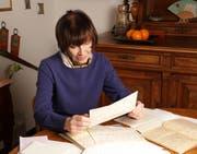 Federica de Cesco beim Lesen des Briefwechsels zwischen ihrer Tante und dem britischen Offizier. (Bild PD)