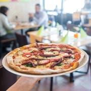 Eine glutenfreie Pizza mit Bärlauch, Bresaola und Mascarpone in der Trattoria della Nonna. (Bild: Boris Bürgisser, Luzern, 14. Mai 2019)