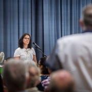 Schulpräsidentin Nathalie Wasserfallen muss sich an der Versammlung einige kritische Voten der Stimmbürger anhören. (Bild: Andrea Stalder)