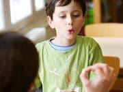 Sprachbehinderungen haben viele Formen: Manche Kinder haben beispielsweise Mühe mit der Aussprache. (Bild: Alamy)