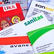 ARCHIVBILD ZUR PRAEMIENENTLASTUNGS-INITIATIVE --- Versicherungskarten verschiedener Krankenkassen, aufgenommen am 5. Juni 2009 in Zuerich, Schweiz. (KEYSTONE/Gaetan Bally)