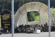 Um den Aufbau der Festival-Bühne kümmern sich Spezialisten. (Bild: Urs M. Hemm)
