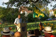Patrik Wägeli spricht unter Apfelbäumen. (Bild: Viola Stäheli)
