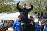 Festsieger Werner Schlegel wird auf den Schultern seiner Vereinskameraden des Schwingclubs Wattwil in die Höhe gehoben. (Bild: Beat Lanzendorfer)