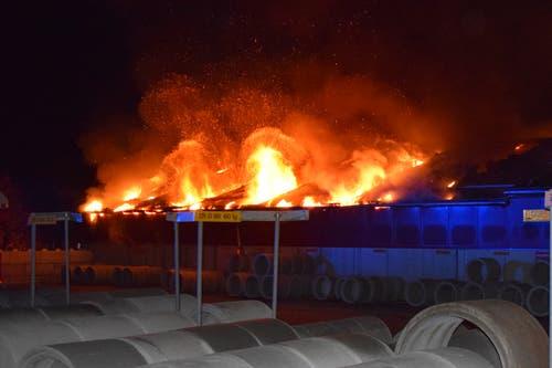 Rickenbach - 13. NovemberEine Produktion für Betonwaren brannte aus. Die Brandursache ist unklar. Verletzt wurde niemand. (Bild: Luzerner Polizei)
