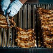 Die Würste im Kybunpark könnten bald von einem anderen Catering-Anbieter grilliert werden. (Bild: Benjamin Manser)
