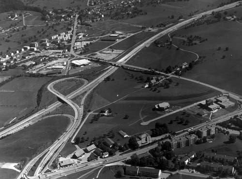 Der Autobahnanschluss Winkeln ist teilweise fertig erstellt, die Autobahn Richtung St.Gallen ist aber für den Verkehr noch nicht freigegeben. Auffällig ist an der Aufnahme aus den frühen 1980er-Jahren das Fehlen der heutigen, dichten Bebauung.