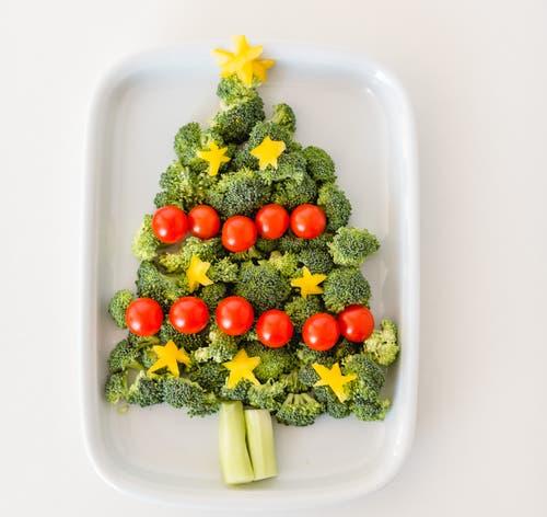 Weihnachtsbaum 2: Zum Apéro vor dem Festmahl eine Platte mit gesunder Rohkost: Broccoli, Cherrytomaten und gelbe Peperoni.