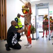 Mit ihrer traditionellen Kleidung fallen die Ureinwohner am Flughafen garantiert auf. (Bild: Mark Schiefelbein/Keystone (Papua-Neuguinea, 17. November 2018))