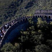 Die Chinesische Mauer soll zur Abwehr von Nomadenstämmen gebaut worden sein. Bild: Andy Wong/AP (Peking, 16. September 2018)