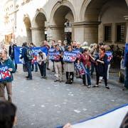 Gegner der Spange Nord protestieren vor dem Regierungsgebäude zu Beginn der Kantonsratssession. (Bild: Roger Grütter (Luzern, 8. Mai 2015))