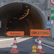 Die Strassensperrung der Axenstrasse in Flüelen (KEYSTONE/Urs Flüeler)