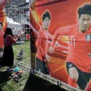Die südkoreanischen Fans hoffen auf Tottenham-Spieler Son Heung Min (rechts). (Bild: Lee Jin-man/AP)