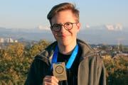 Simon Gründler von der Kantonsschule am Burggraben mit seiner Gold-Medaille der Geografie-Olympiade in Bern. (Bild: PD/Geographie-Olympiade Schweiz)