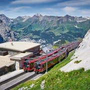 Züge der Jungfraubahn an der Station Eigergletscher im Sommer. (Bild: PD)