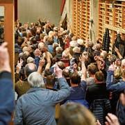 Bürgerinnen und Bürger stimmen bei einer Gemeindeversammlung in Vals – wo auch Ausländer teilnehmen dürfen – per Handaufhalten ab. (Bild: E. Risch/Keystone; 18. März 2016)