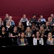 Viele der Fachmittelschüler – hier im Kantonsratssaal – können im Herbst erstmals wählen. (Bild: Corinne Glanzmann, Luzern, 17. September 2019)