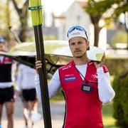 Roman Röösli (SC Sempach) in der Kategorie Doppelzweier Männer auf dem Weg zum See beim Ruderzentrum Sarnen. (Bild: Philipp Schmidli, Sarnen, 2. Mai 2019)