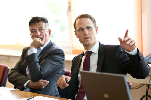 Und noch einmal Zentralbahn: Hans Wicki und Bahn-Direktor Renato Fasciati informieren über den Doppelspurausbau der Zentralbahn in Hergiswil. (Bild: Corinne Glanzmann (2. Juli 2014))