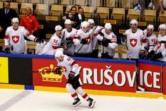 Die Schweizer können die Halbfinal-Qualifikation kaum fassen. Hinten: Nati-Coach Patrick Fischer. | Bild: Salvatore Di Nolfi / Keystone (Herning, 17. Mai 2018)