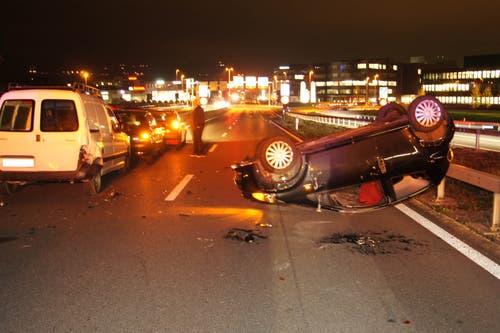 Baar - 15. NovemberBei der Autobahnausfahrt Baar ist es zu einem Auffahrunfall mit vier beteiligten Fahrzeugen gekommen. Ein Auto landete auf dem Dach. Eine Person wurde verletzt. (Bild: Zuger Polizei)