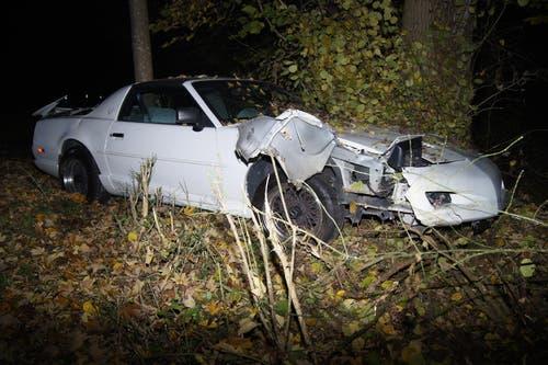 Hünenberg - 7. NovemberEin Autofahrer kam von der Strasse ab und prallte in zwei Bäume. Der Lenker blieb unverletzt, entfernte sich von der Unfallstelle, kam jedoch wieder zurück. (Bild: Zuger Polizei)