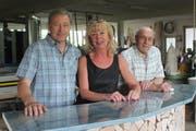 Peter und Esther Helbling führen das Schreinereiunternehmen, das sie im Jahre 1990 von Firmengründer und Miteigentümer Josef Helbling (rechts) übernommen haben. (Archivbild: Andrea Häusler)