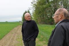 Janusz Kwiek (links) und Manfred Welzel auf einem Spaziergang um Brodziszów.