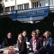 Auf Einladung der Grünen wurde am Freitagmittag auf dem Parkplatz vor der Grabenhalle gepicknickt. Mit von der Partie sind unter anderem (von links) SP-Stadtparlamentarier Gallus Hufenus, die grüne Stadtparlamentarierin Franziska Ryser und SP-Kantonsrat Ruedi Blumer. (Bild: PD)
