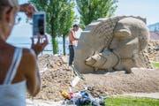 Immer eine Attraktion, die viel Publikum an den See lockt: das Sandskulpturen-Festival in Rorschach. (Bild: Urs Bucher - 24. August 2017)