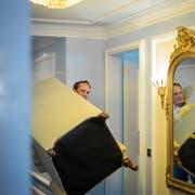 Der Hotelmanager packt selbst an... (Bilder: Michel Canonica)