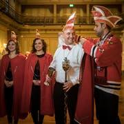 Probe für den Ernstfall: Der letztjährige Obernarr Pablo I. (rechts) kleidet seinen Nachfolger, René II., im Rathaus ein. Daneben erwartungsfroh die närrischen Begleiterinnen Ylenia (links) und Yara. (Bild: Reto Martin)