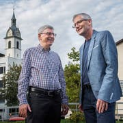 Karl Abbt (links) und Ruedy Sigrist auf dem Dorfplatz in Adligenswil. Hinten die Martinskirche. (Bild: Boris Bürgisser, 6. September 2018)