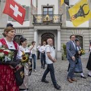 Die Bundesrat-Delegation auf dem Weg zum Lehnplatz. (Bild: Urs Flüeler/Keystone, Altdorf, 4 Juli 2019)