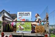 Kürzlich unterstützten die beiden Diepoldsauer Schulklassen 4b und 6b den Landwirt Peter Kuster mit einer Müllsammelaktion. Der St.Galler Bauernverband stellte Plakate mit dem Spruch «Abfall macht mich krank» zur Verfügung. (Bild: Andrea C. Plüss)