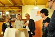 Ständerat Erich Ettlin im Gespräch mit vier Mitgliedern der Jung CVP. (Bild: Philipp Unterschütz, Sarnen, 9. Januar 2019)