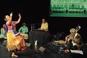 Ein Fest für alle Sinne: Tänzerin Stuti Aga im Vordergrund, in der Bildmitte Manish Vyas am Keyboard. (Bild: Michael Hug)