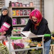 Blumenhändlerinnen arbeiten ihre Einkaufslisten ab. (Bilder: Mareycke Frehner, 13. Februar 2019)