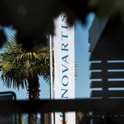 Konzerne wie Novartis dürften unter die neue Regelung fallen. Sie sollen künftig im Ausland mehr Steuern abliefern - und dafür weniger in der Schweiz. (Bild: Keystone)